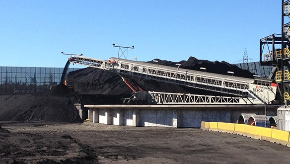Radial conveyor stockpiling coal